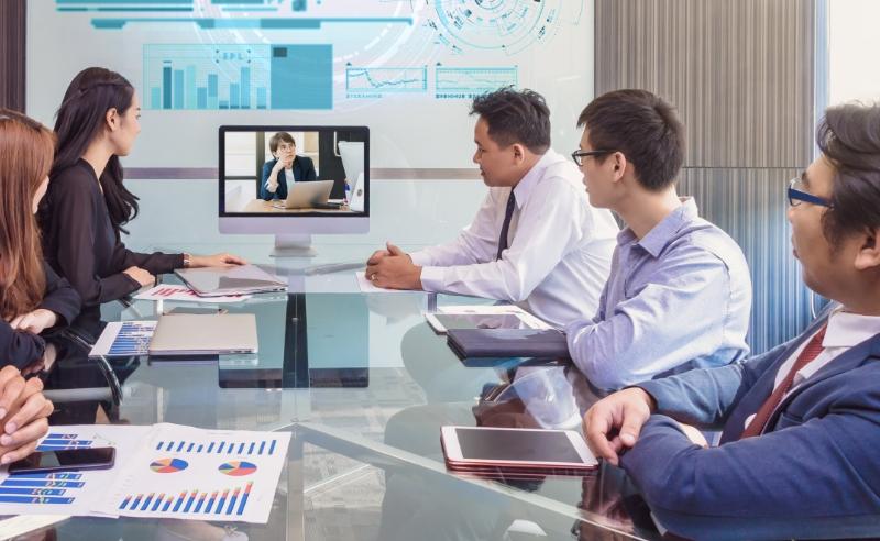 オンラインビデオ会議システムを使って、顔を合わせたミーティングや 画面共有で資料を見ながらの打合せが可能
